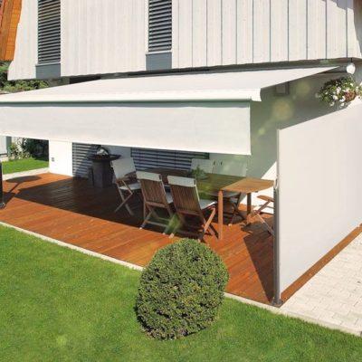 Großflächige Seitenmarkise schützt die Terrasse vor fremden Blicken