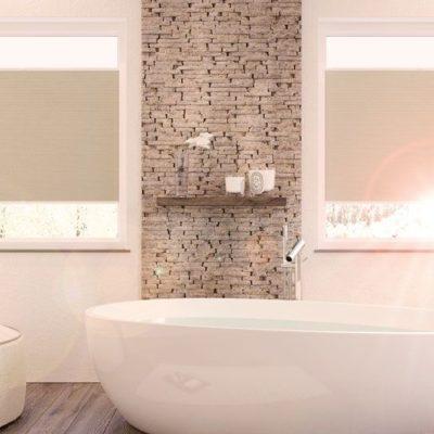 Freihängender Faltstore an quadratischen Fenstern im Badezimmer