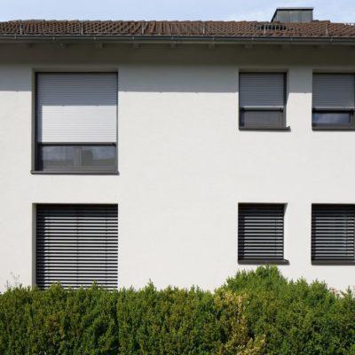 Rollladen bieten Sonnenschutz außen am Fenster
