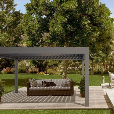Sitzmöbel für den Außenbereich unter einem schattenspendenden Lamellendach