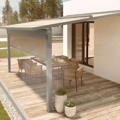 Die Sitzflächen unter der Pergola Markise sind vor der direkten Sonneneinstrahlung geschützt